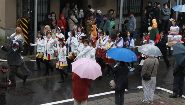雨雲を吹き飛ばすような元気なダンス!