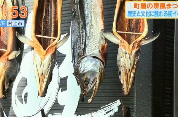 涼しい秋の風に吹かれながら、軒先につるされた鮭